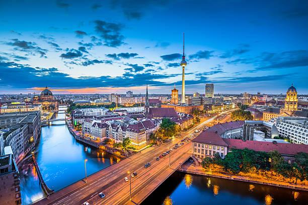 mit fernsehturm berlin skyline bei nacht, deutschland - nikolaiviertel stock-fotos und bilder