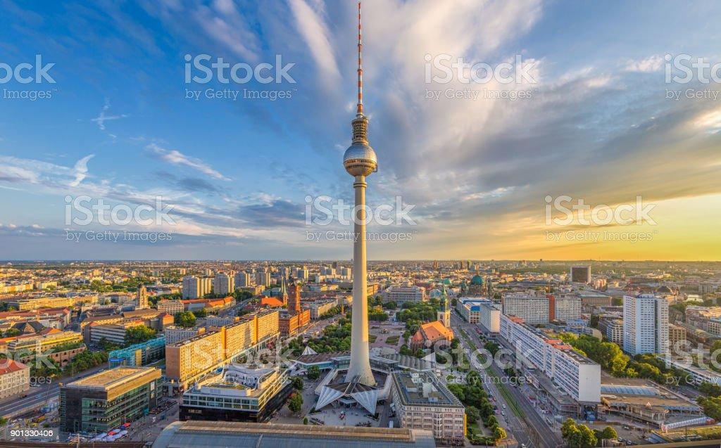 Mit Fernsehturm Berlin skyline bei Sonnenuntergang, Deutschland – Foto