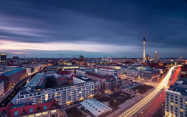 berlin skyline mit fernsehturm - nikolaiviertel stock-fotos und bilder