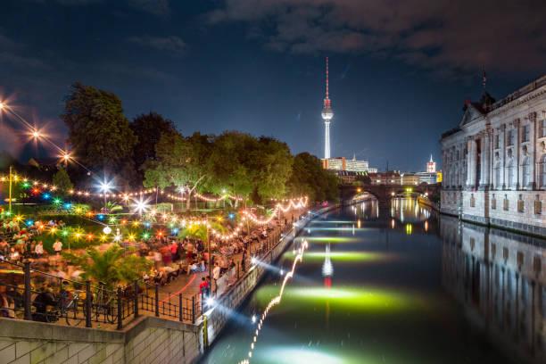 berlin-strandbar party im spree entlang mit fernsehturm bei nacht, deutschland - brücke museum berlin stock-fotos und bilder