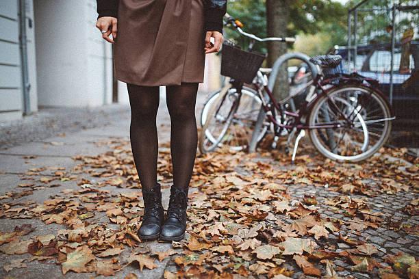 berlin street style - damen rock braun stock-fotos und bilder