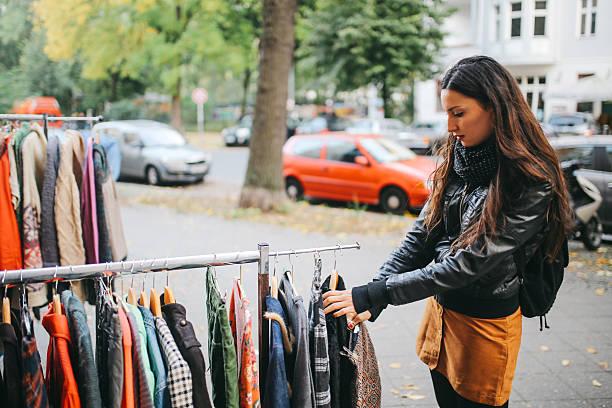 berlin street style shopping - kreuzberg stock-fotos und bilder