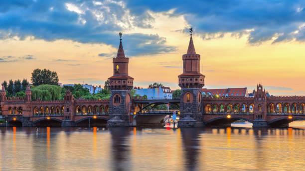 berlin sonnenuntergang city skyline bei oberbaumbrücke und spree entlang, berlin, deutschland - oberbaumbrücke stock-fotos und bilder