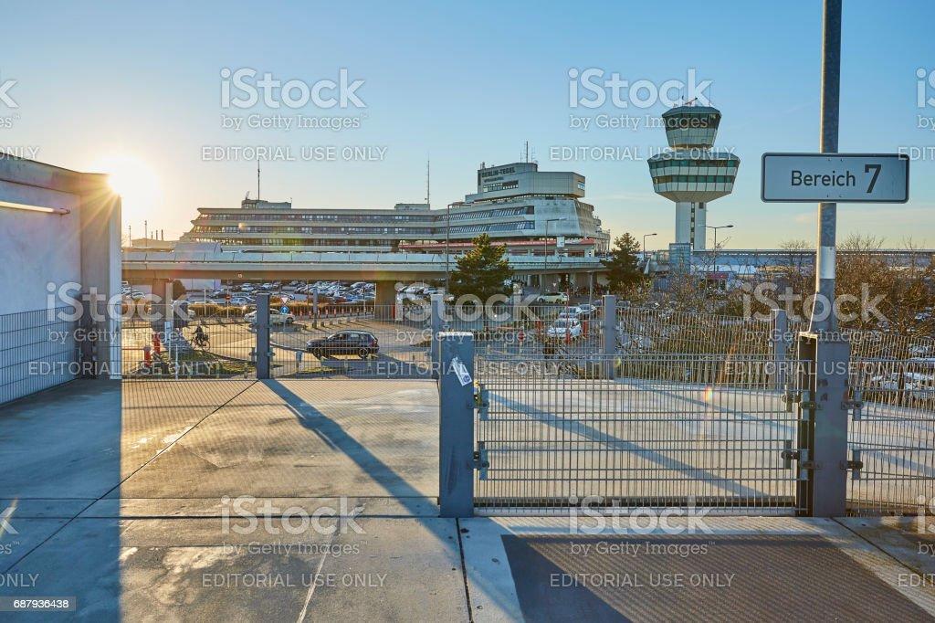 Aeroporto Berlim-Tegel durante o pôr do sol - foto de acervo