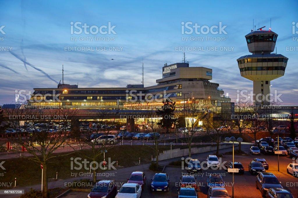 Aeroporto Berlim-Tegel durante a hora azul - foto de acervo