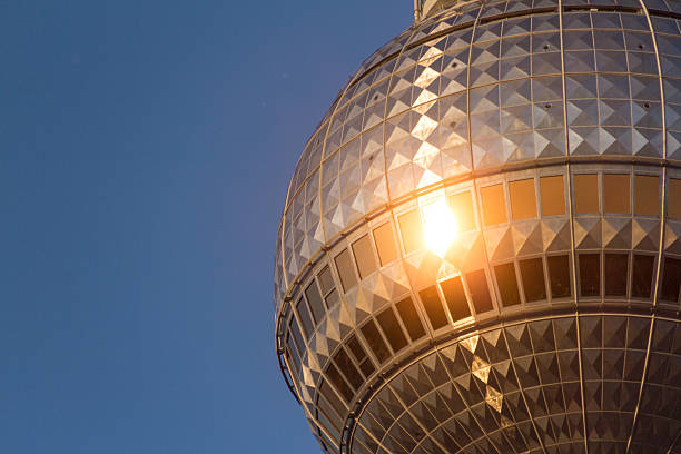 berliner fernsehturm (fernsehturm) - berliner fernsehturm stock-fotos und bilder