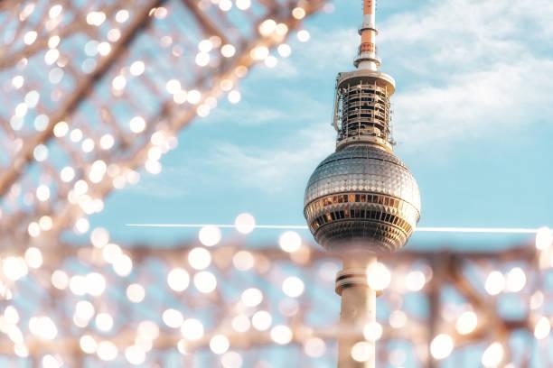 berliner fernsehturm mit verschwommenen lichtern - berliner fernsehturm stock-fotos und bilder
