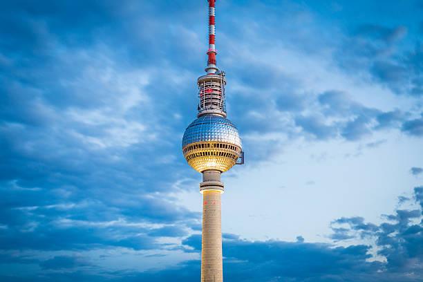berlin tv tower in twilight at dusk, germany - berliner fernsehturm stock-fotos und bilder