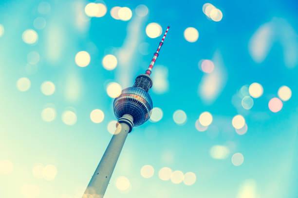berliner fernsehturm mit citylights - berliner fernsehturm stock-fotos und bilder