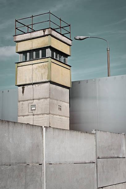 berlin wall and watch tower, germany - oost duitsland stockfoto's en -beelden
