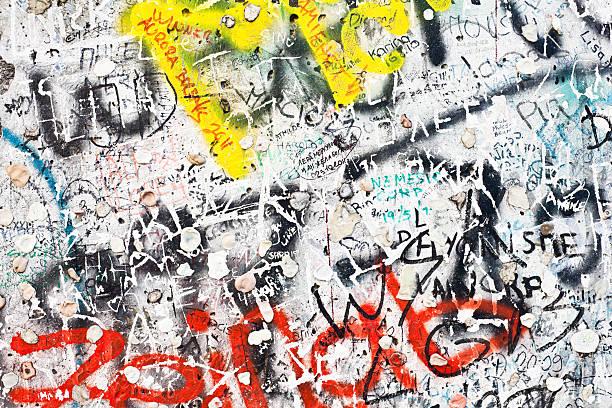 berliner mauer graffiti, deutschland - trennungssprüche stock-fotos und bilder