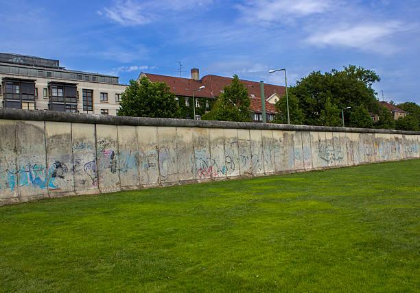 berlin wall in berlin, germany - sprüche über reisen stock-fotos und bilder