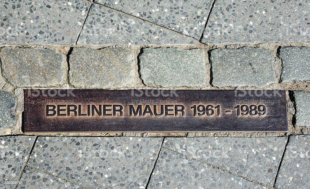 Berliner Mauer-Schild auf der Straße, der Berliner Mauer – Foto