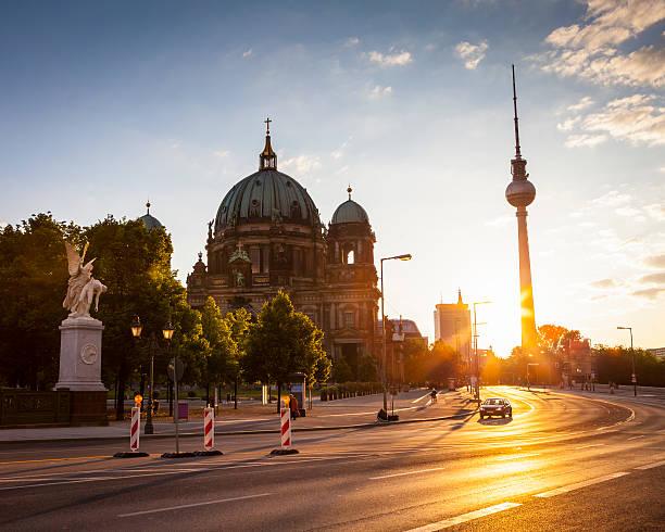 berliner dom & fernsehturm television tower - nikolaiviertel stock-fotos und bilder