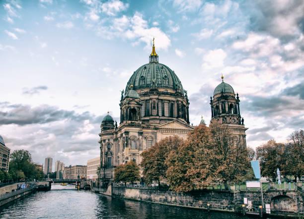 berliner dom (berliner dom) über spree entlang - brücke museum berlin stock-fotos und bilder