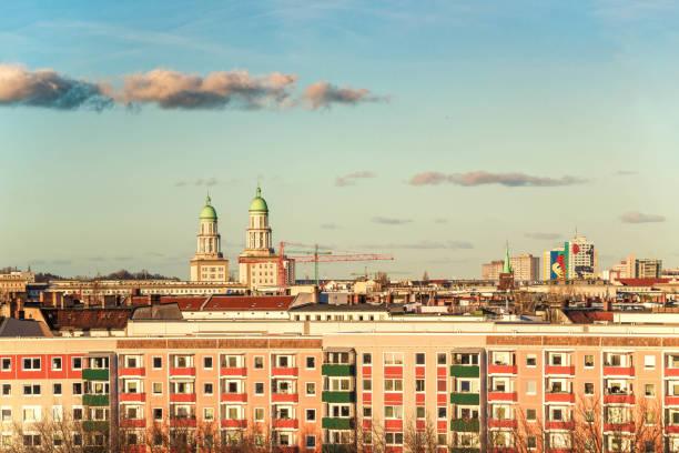 berlijn-friedrichshain met frankfurter tor - oost duitsland stockfoto's en -beelden