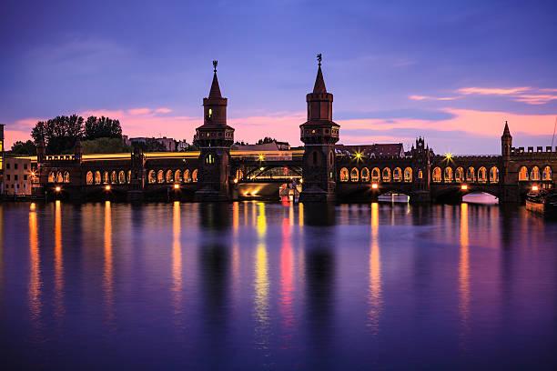 berliner sehenswürdigkeiten - oberbaumbrücke stock-fotos und bilder