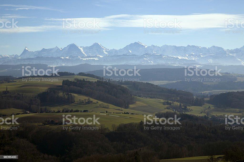Berner Alpen 파노라마 mit Bauernland im Vordergrund. royalty-free 스톡 사진