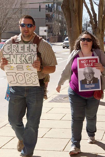 bernie lijadoras los electores acuden a verde energía puestos de trabajo - bernie sanders fotografías e imágenes de stock