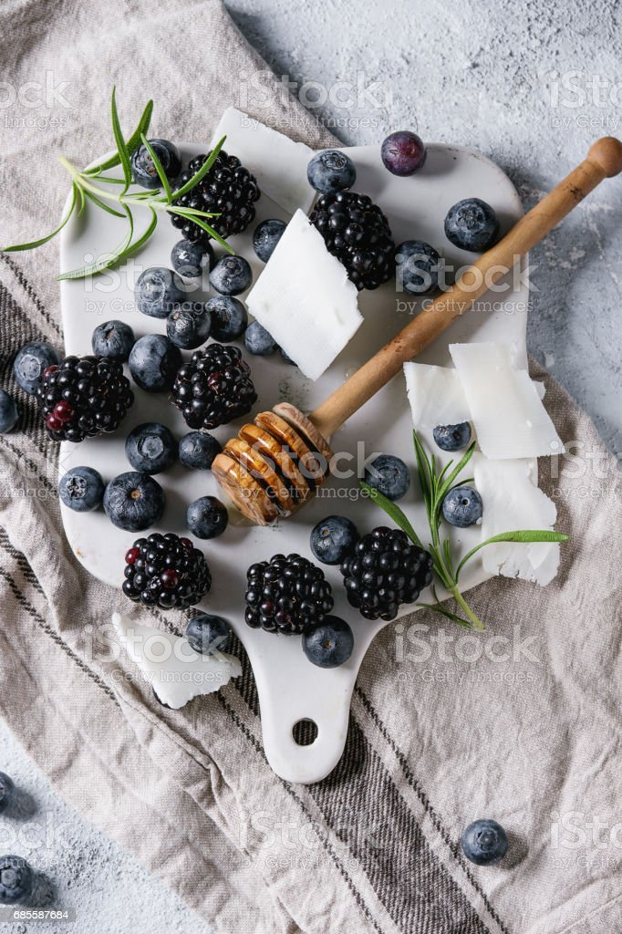 Berries, honey and rosemary royalty-free 스톡 사진