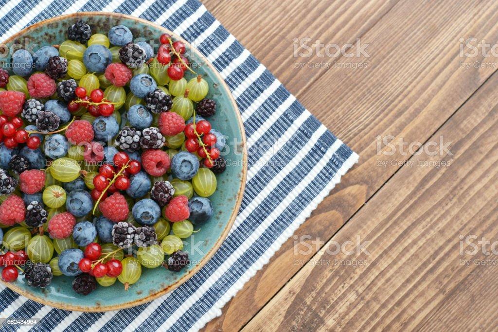berries on wooden background photo libre de droits