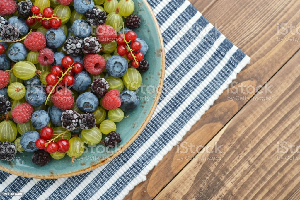 berries on wooden background Lizenzfreies stock-foto