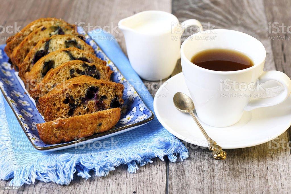 Bolo de café e frutas silvestres - foto de acervo