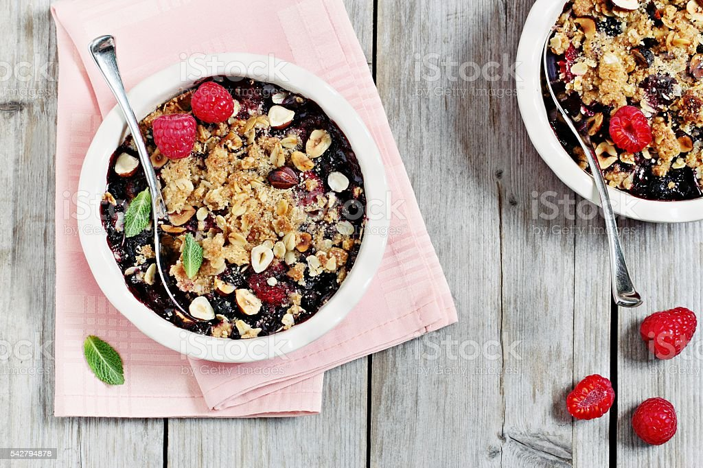 Berry crumble. Clean-eating gluten free dessert . - foto de stock