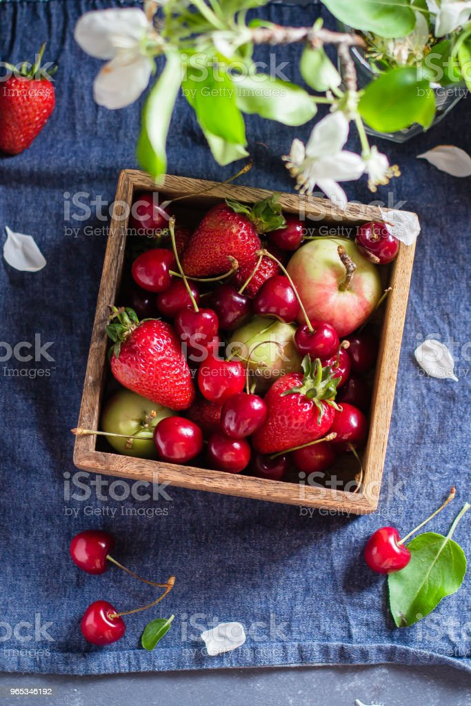 berry, faucet, jet, red, ripe, sieve, strawberry, stream, wash, bolter, cribble, current, flow, kitchen-sink, running, spout, tap, water, black, bowl, cherry, drop, spray, washed, colander, bag, delicious, dessert, drops, fragrant, harvest, meal, object, zbiór zdjęć royalty-free
