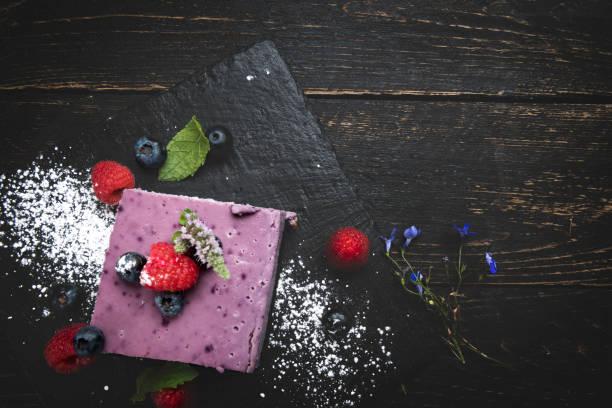 beeren-obst-käsekuchen - himbeer mascarpone dessert stock-fotos und bilder