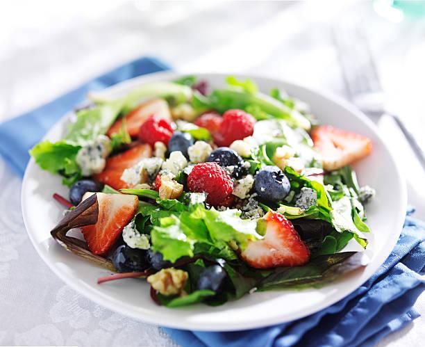 berry-salat mit walnüssen mit blauschimmelkäse - himbeer crumble stock-fotos und bilder