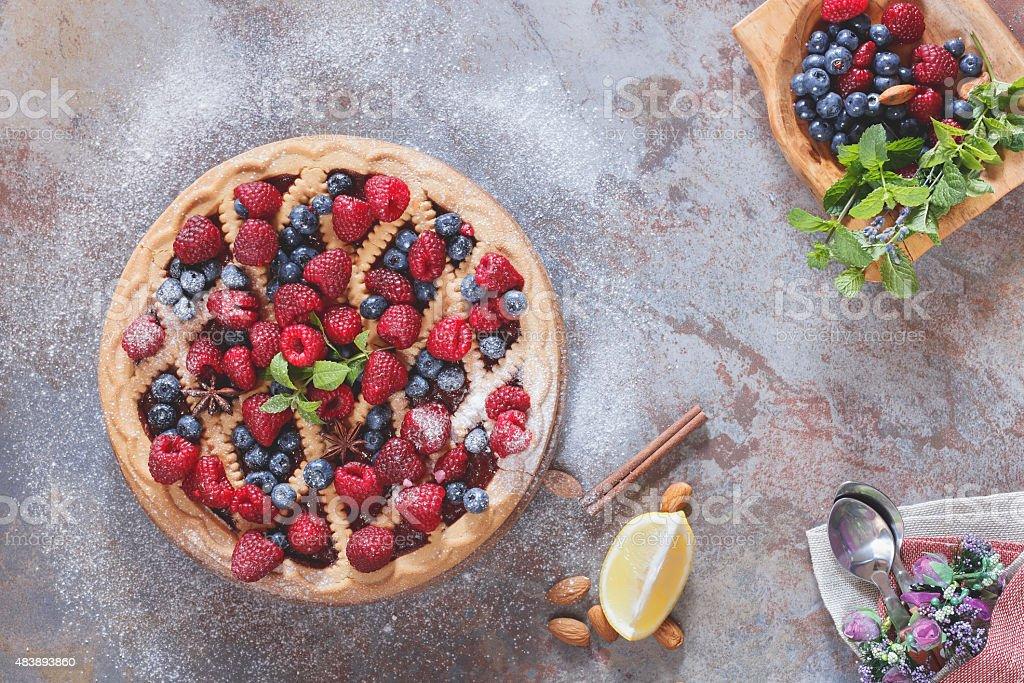 Berry cóctel con azúcar en polvo en la parte superior - foto de stock