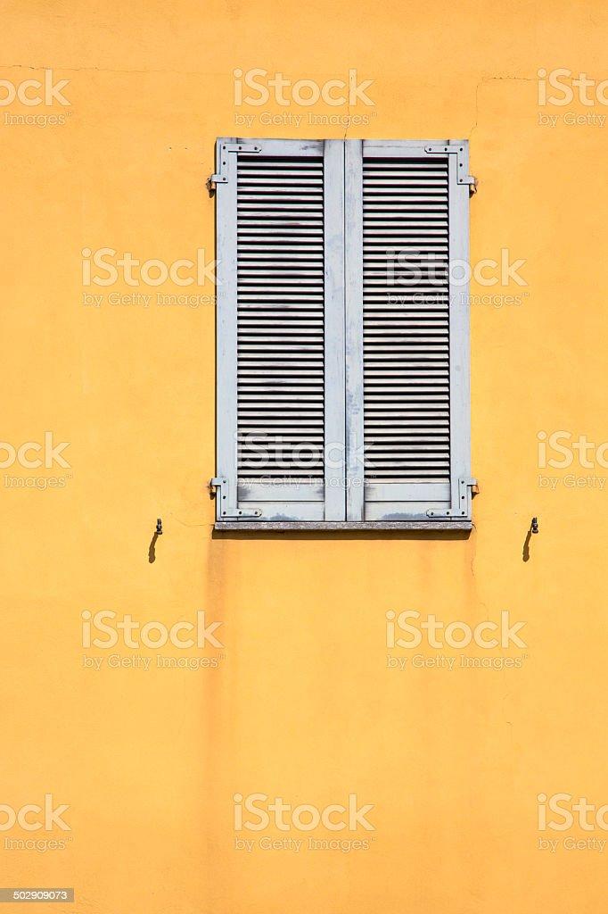 Besnate Fenster Holz Jalousie In Die Konkreten Stockfoto Und
