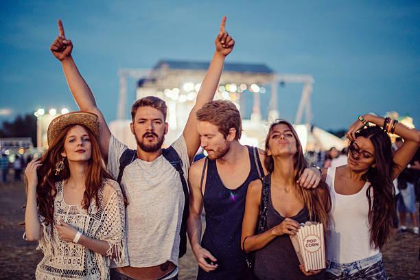 beste festival je zuvor! - spielabend snacks stock-fotos und bilder