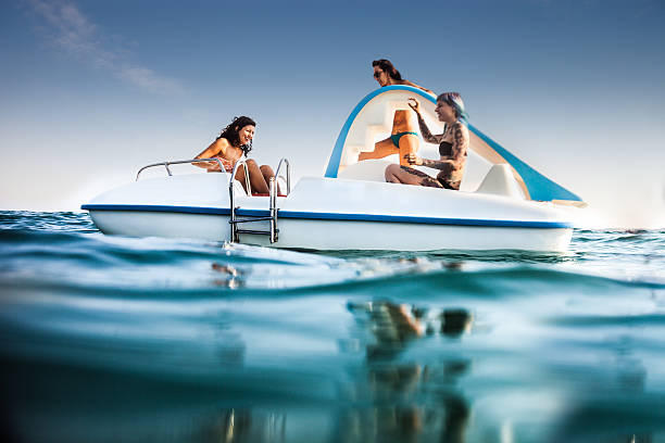 Mejores amigos disfrutando de verano y, en hidropedal diversión - foto de stock