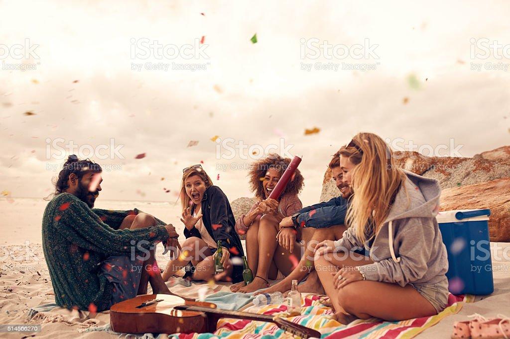 Migliori amici di festa sulla spiaggia - foto stock