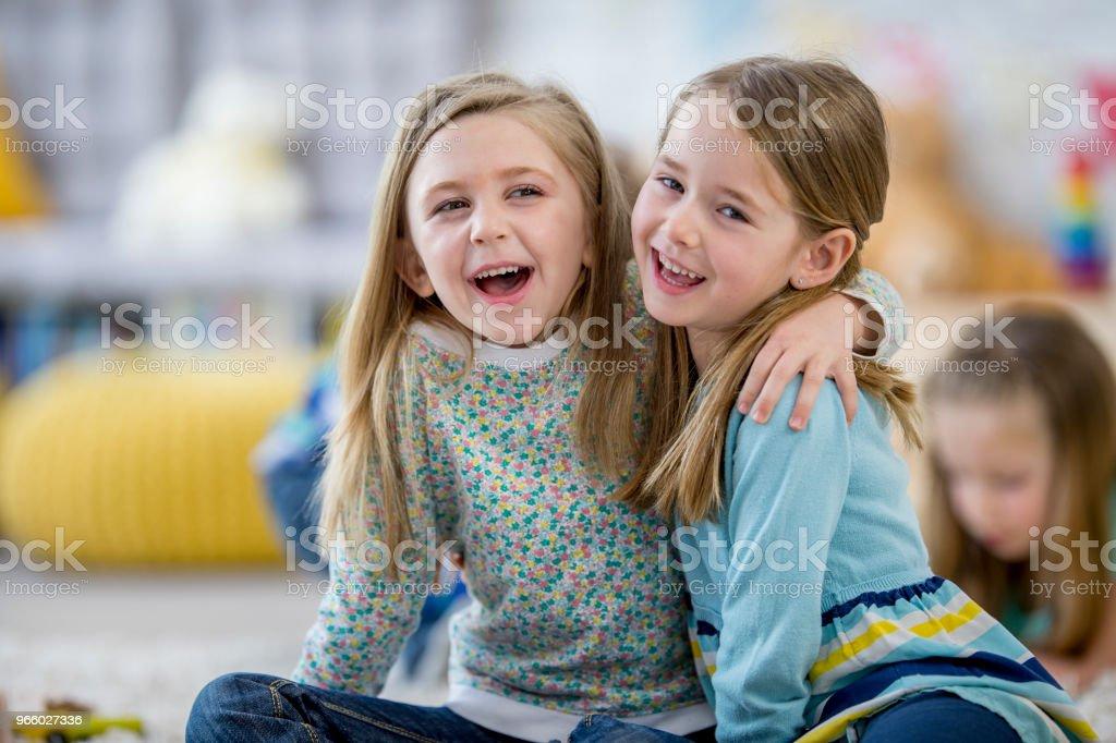 Bästa vänner på dagis - Royaltyfri 4-5 år Bildbanksbilder