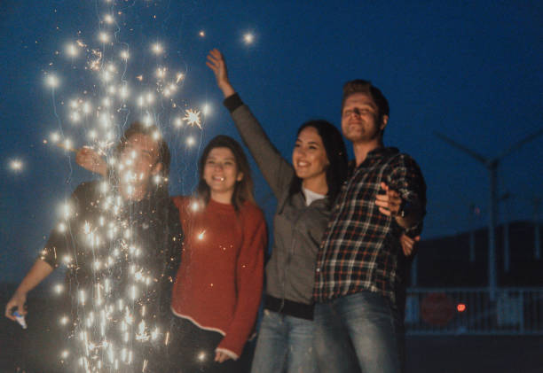 beste freunde feiern mit wunderkerzen in der nacht - geburtstagsgeschenke für beste freundin stock-fotos und bilder