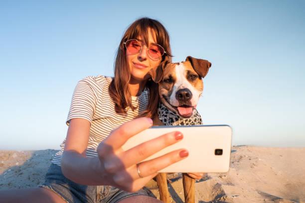 beste freunde-konzept: menschliche einnahme ein selbstporträt mit hund. - fotohandy stock-fotos und bilder