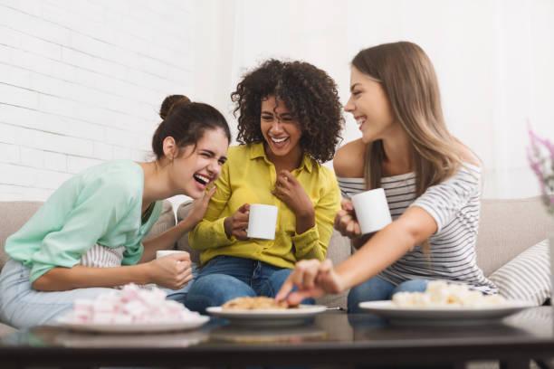 最好的朋友在家裡喝茶和交談 - 少女 個照片及圖片檔