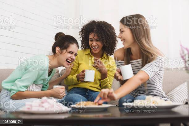 가장 친한 친구 차를 마시는 그리고 가정에서 이야기 3 명에 대한 스톡 사진 및 기타 이미지
