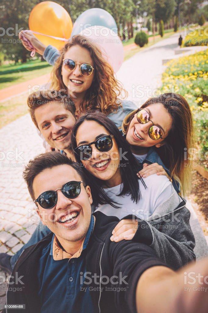 Mejores a amigos teniendo diversión y tomar selfie en el Parque - foto de stock