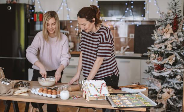 Beste Freunde machen Lebkuchen-Cookies für Weihnachten – Foto