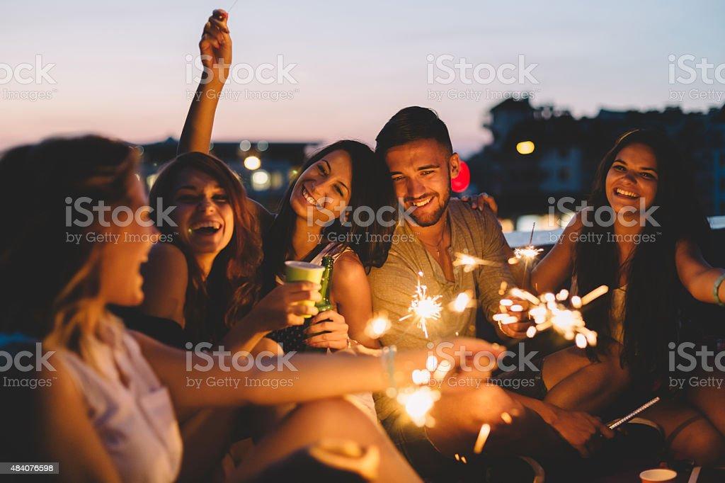 Mejores amigos en un partido en el último piso - foto de stock