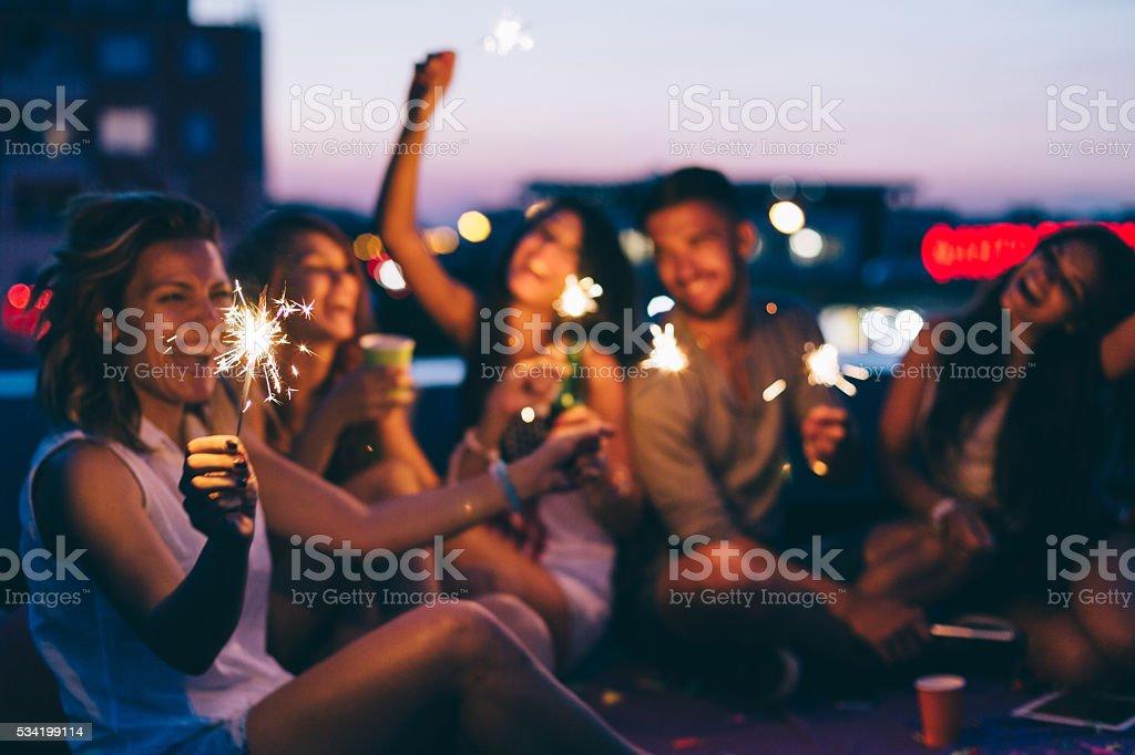 Meilleurs amis pour une fête sur le toit - Photo