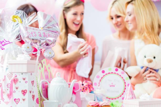mejores amigas en la ducha de bebé de fiesta celebrando - baby shower fotografías e imágenes de stock