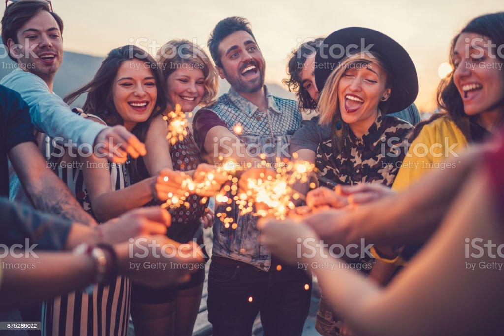 Beste Freunde feiern auf Dach – Foto