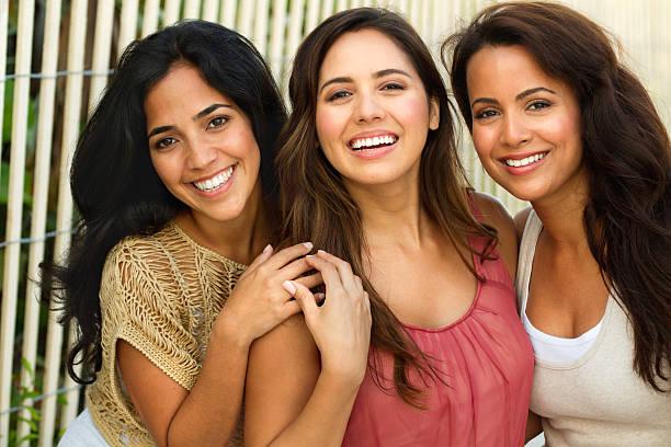 mejores amigos. - mujeres dominicanas fotografías e imágenes de stock
