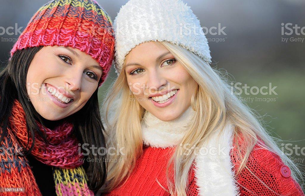 Beste Freunde, Porträt von zwei Frauen im Freien (XXXL – Foto