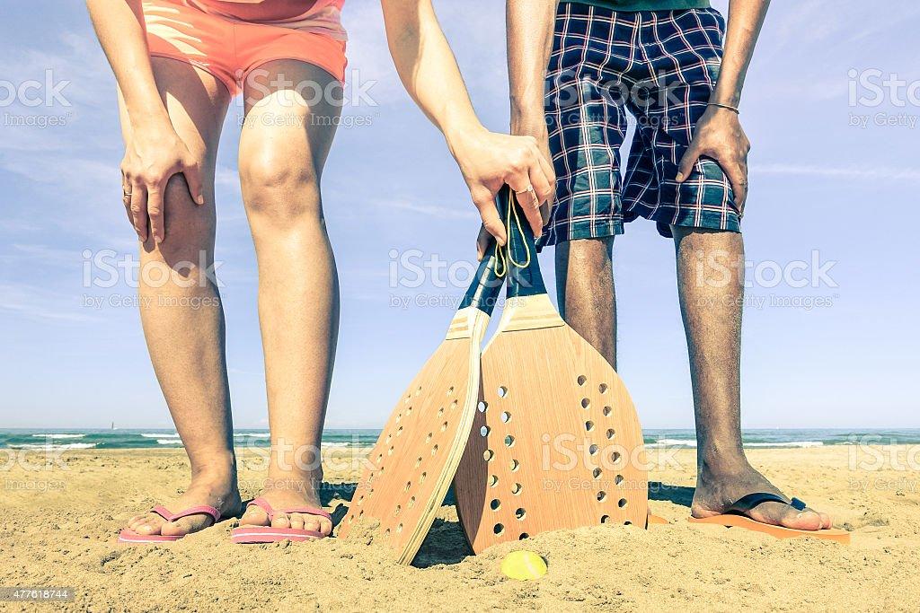Migliori amici giocare a tennis sulla spiaggia in estate - foto stock